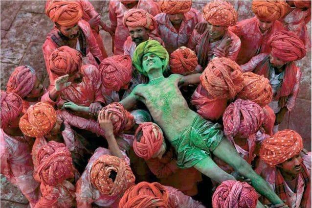 La celebre foto–simbolo del 'ragazza afghana' di McCurry